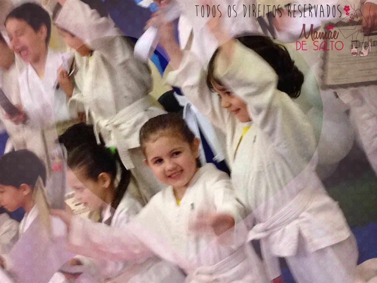 Sophia celebrando troca de faixa no judô - todos os direitos reservados blog Mamãe de Salto