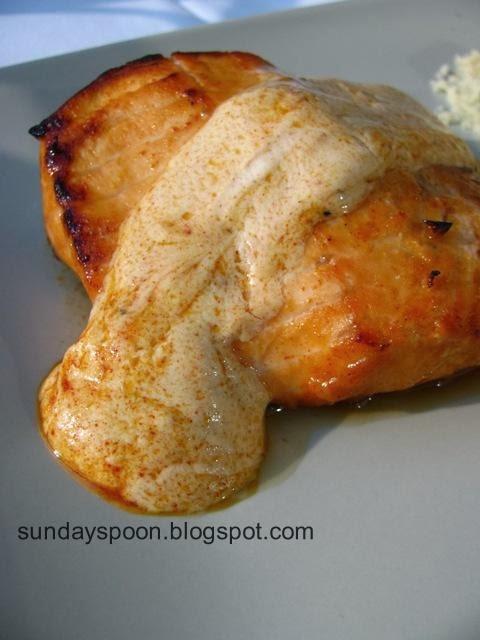 Σολωμός στο γκριλ με δροσερή σος γιαουρτιού