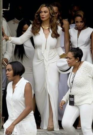 look de Tina knowles vestido branco acinturado com manga longa