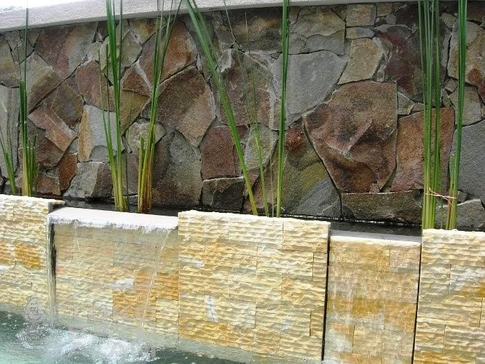 dinding relief pada taman rumah minimalis