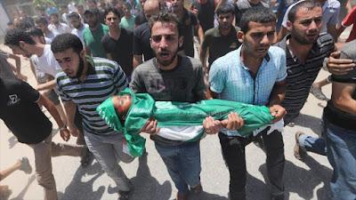 Los palestinos llevan al cementerio el cuerpo de un niño de 3 años de edad, quien perdió la vida en un ataque israelí al campo de refugiados de Maqazi, centro de la Franja de Gaza. 10 de julio 2014