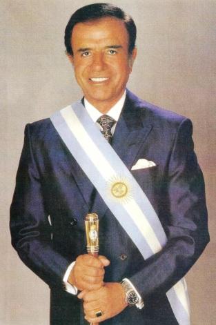 Carlos Menem con la banda presidencial de Argentina