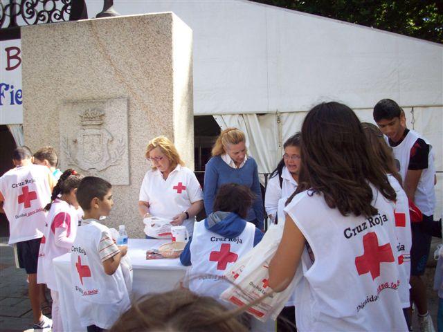voluntarios de cruz roja del dia de la banderita