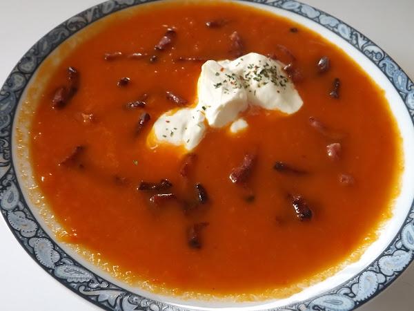 Soupe de poivrons rouge crémeuse et lardons de bacon