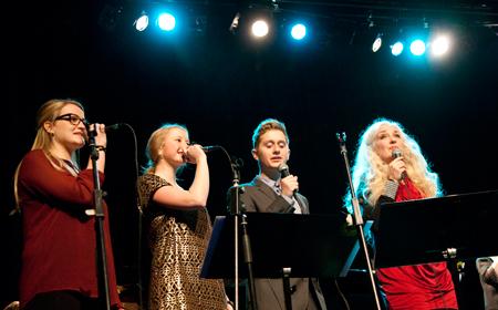 Amalie Thørholm, Anne Sørensen, Gregers Mogstad og Cæcilie Norby med Sæby Big Band