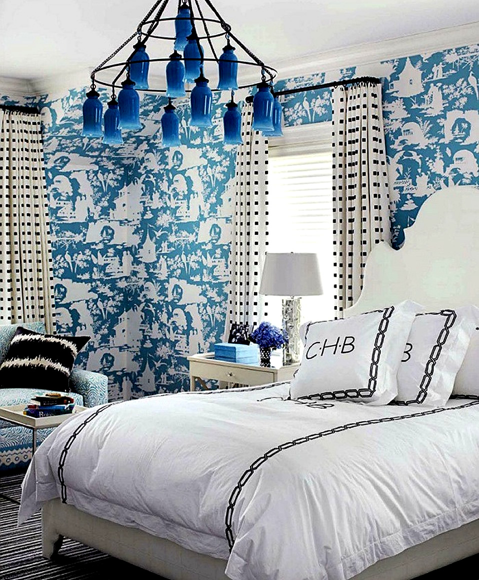 Chinoiserie chic great chinoiserie rooms that break the for Blue and white bedroom wallpaper