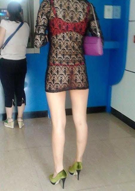 Parah,Cewek ini Pakai Baju Tembus Pandang saat ke ATM