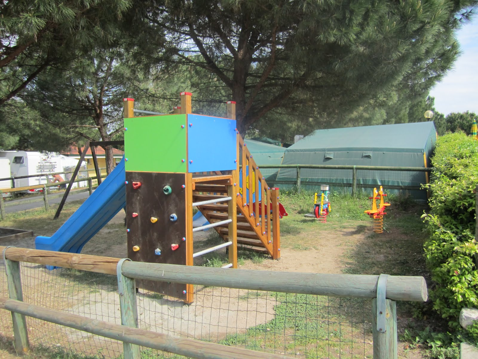 il camping le palme a lazise vicino a gardaland. Black Bedroom Furniture Sets. Home Design Ideas