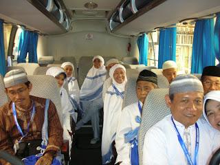 """"""" Bis yang luas dan Ber Ac memberikan kenyamanan ibadah jamaah dalam berwisata religi"""""""