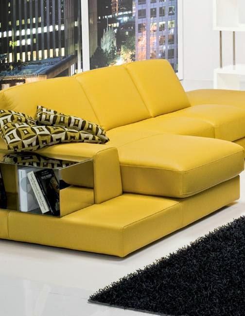 Métal et canapé en cuir, combinaison de matériaux modernes et la moutarde jaune