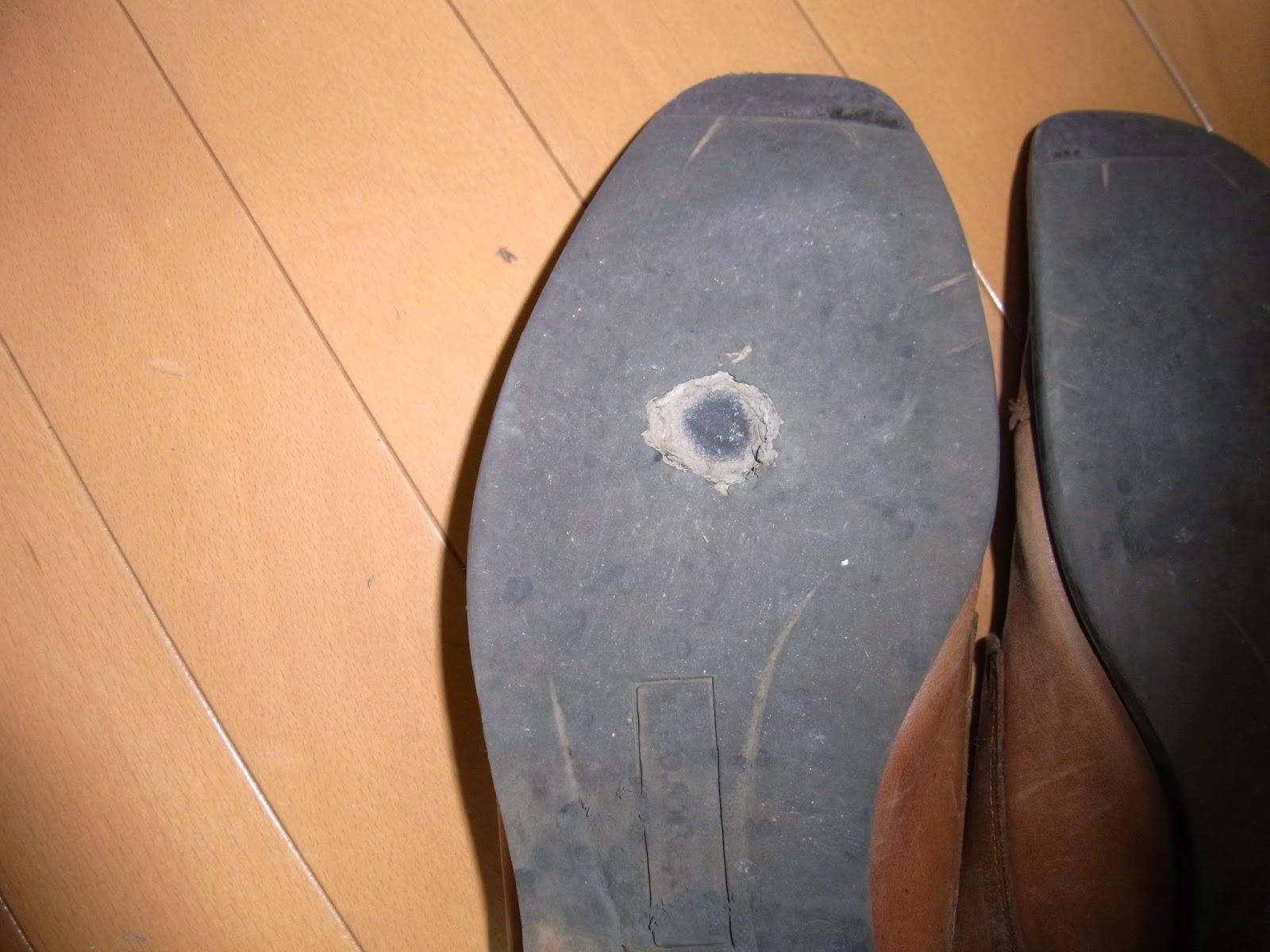 ある時、何気なくその革靴の底をみたところ写真にあるように一円玉サイズの穴が開いていて中敷き一枚でもちこたえていたという感じでした。