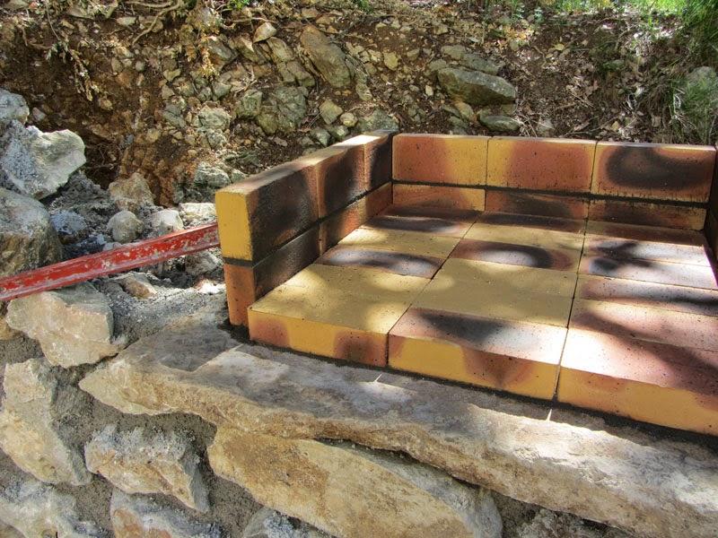 Construire un mur en pierres avec for Fabriquer un barbecue en brique refractaire