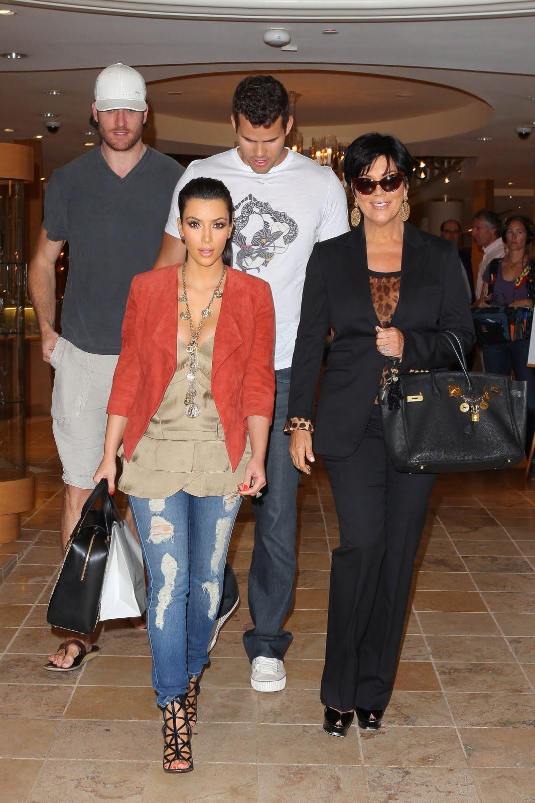 http://3.bp.blogspot.com/-DlRA14TI_aY/TkuhvgiIotI/AAAAAAAAFv0/Se7Lh3x5Mok/s1600/Kim+Kardashian+and+Kris+Humphries-kim+and+chris-wedding+pics+%252812%2529.jpg