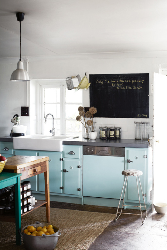 Turquoise kitchen cabinetry. Photo by Sharyn Cairns via homelife  #turquoise #kitchen