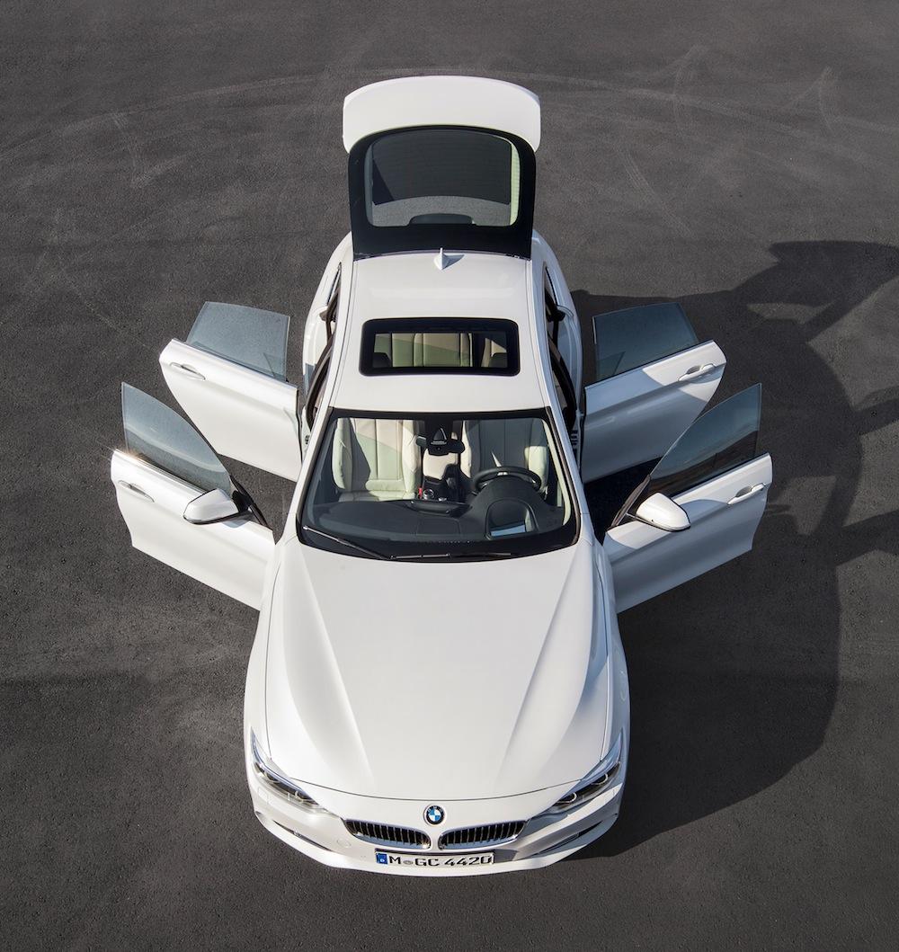 BMW 4シリーズグランクーペの全てのドアを開いた状態。