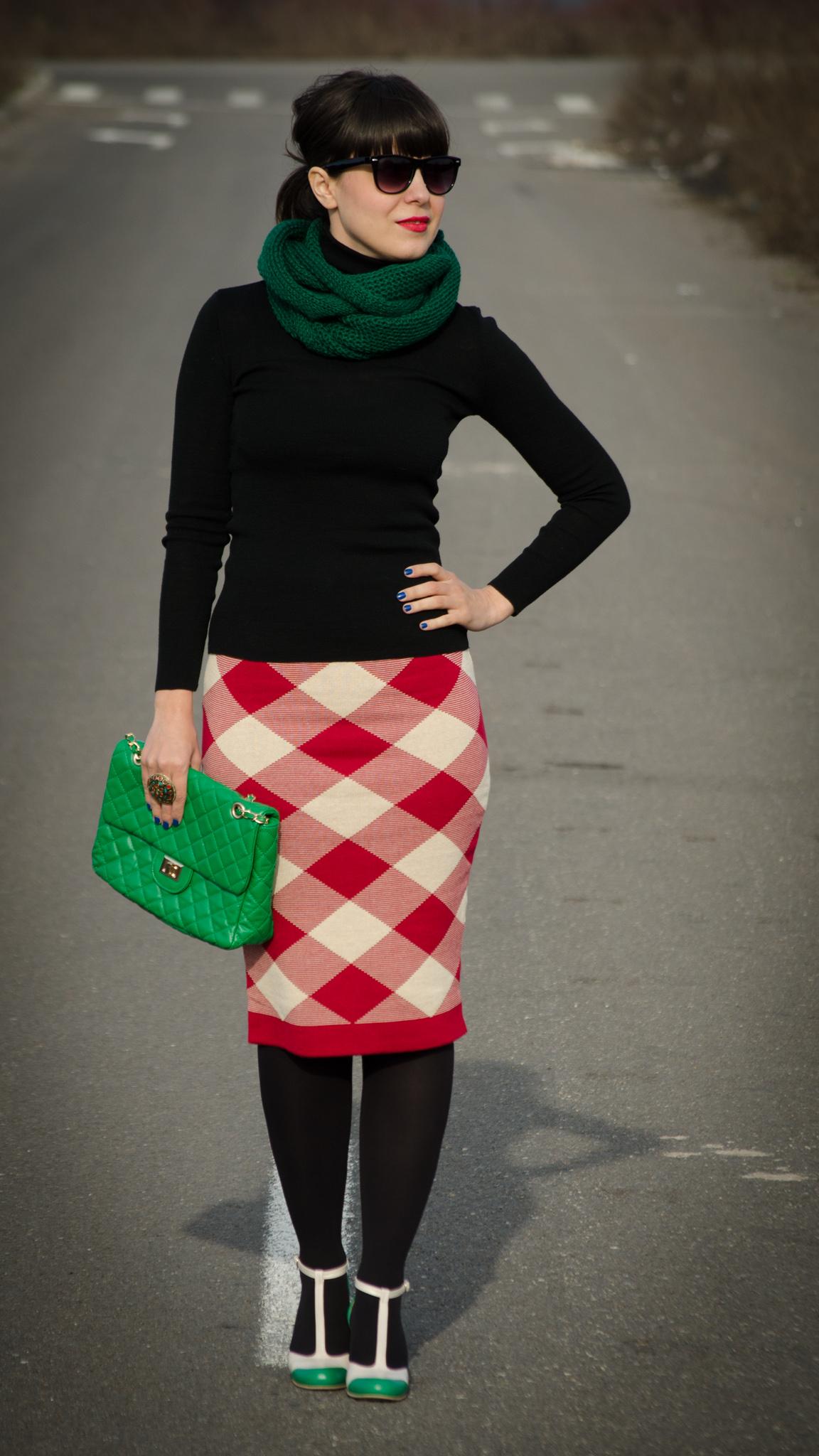 red checkered pencil skirt checkers black turtleneck green scarf bag handbag nude & green high heels tina R koton Christmas look outfit