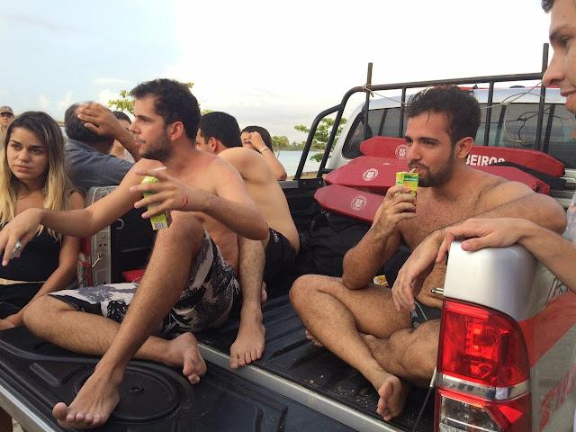 Estudantes de medicina que estavam à deriva no mar são localizados