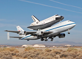 boeing 747 lifts endeavour space shuttle, space shuttle, endeavour, endeavour space shuttle