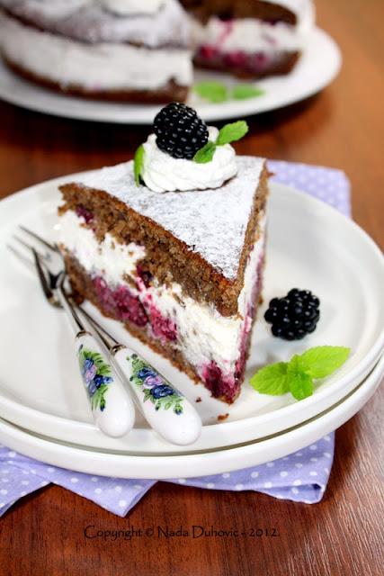 Torta od kupina i oraha sa šlagom