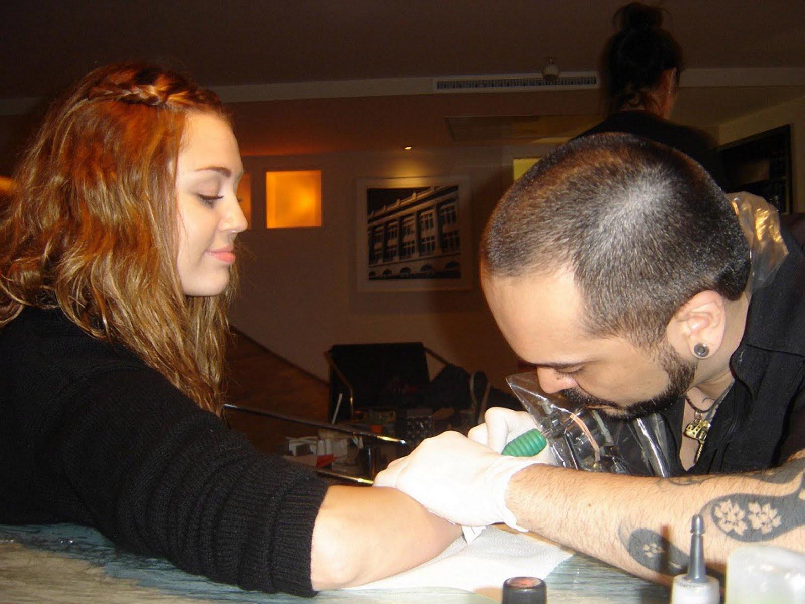 http://3.bp.blogspot.com/-DmvOl8ucLzs/TdIzL1i5jtI/AAAAAAAAKGA/fKSWIaBQodM/s1600/miley_cyrus_tatuaje_tatto_5.jpg