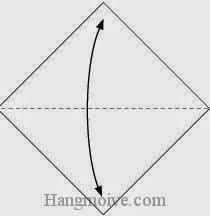 Bước 1: Gấp đôi tờ giấy theo chiều trên - dưới để tạo các nếp gấp, sau đó lại mở ra.