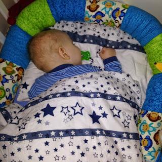 Christkind schläft im Bett