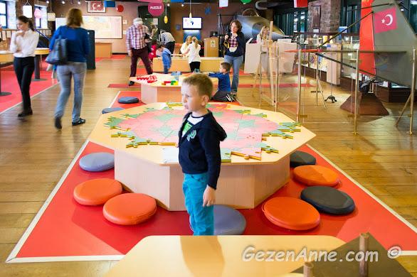 Renkli Matematik Dünyası katındaki renkli düzenekler arasında dolaşan oğlum, Rahmi Koç Müzesi İstanbul