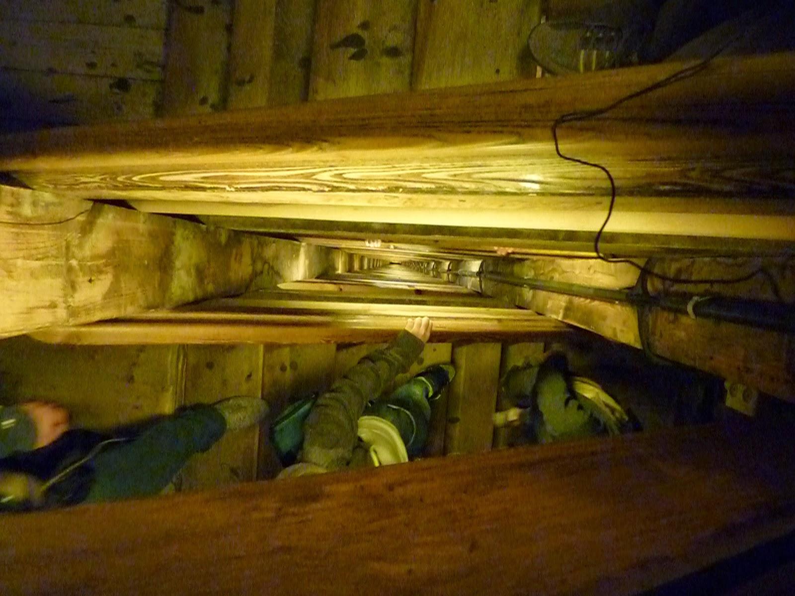 Visione dall'altro degli 800 scalini da percorrere prima di arrivare nel crocevia di tunnel