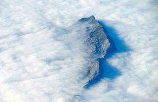 Sommet sortant des nuages