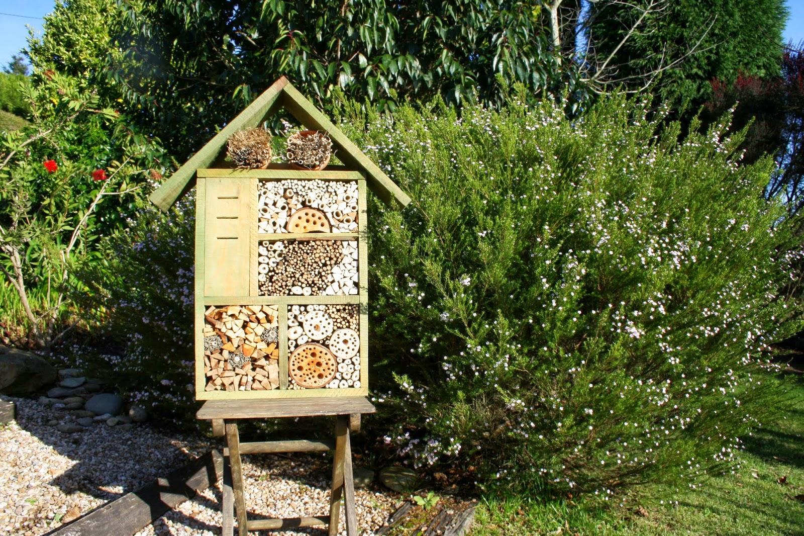 Por qu instalar un hotel de insectos beneficiosos en for Insectos del jardin