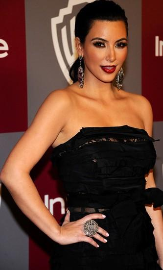 Kim Kardashian con cabello recogido y vestido negro
