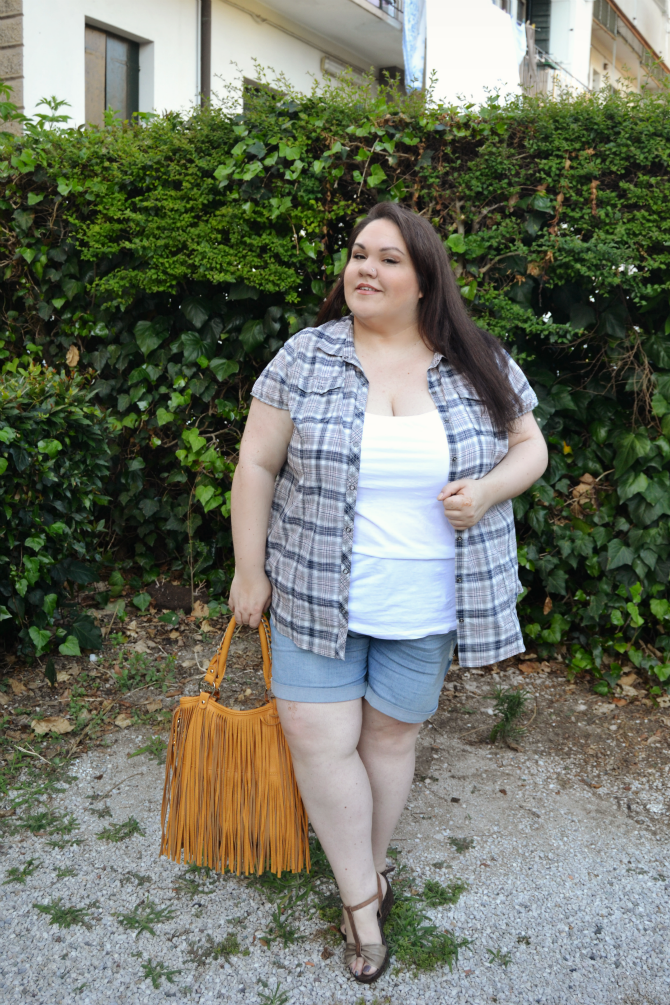 outfit plus size shorts in denim, canotta e camicia fantasia tartan