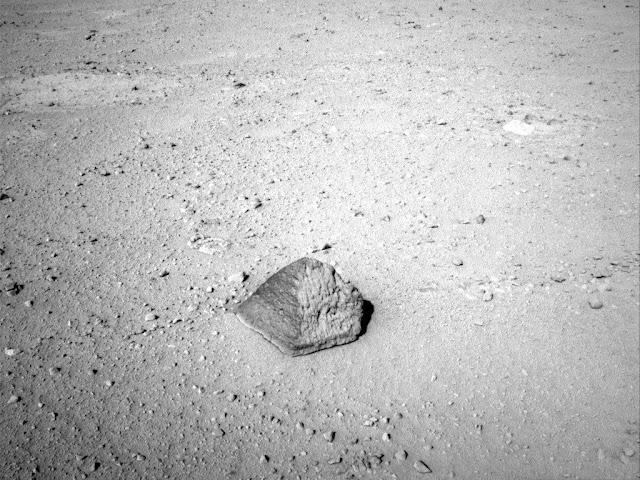 Jipe robô Curiosity entra pedra em forma de pirâmide em Marte