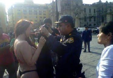 escritora prostituta se desnuda protestando por pirateria de libros en peru