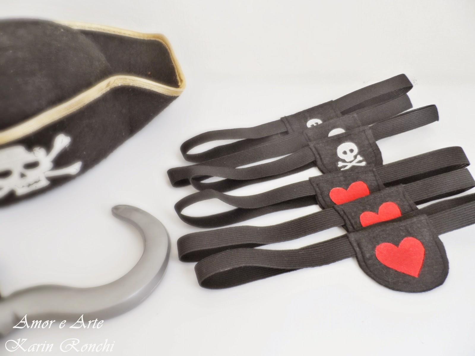 Tapa olho de pirata em feltro, detalhe de coração e caveirinha