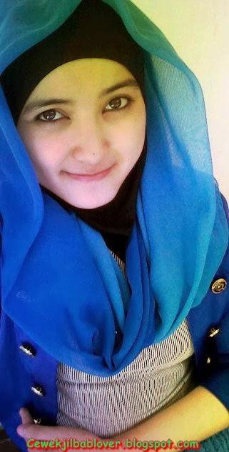 Foto Mahasiswi UNY Berjilbab Wajahnya Bening Banget