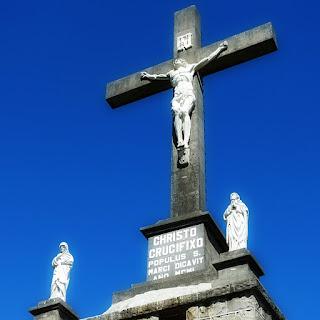 Cristo crucificado no alto do Morro Calvário, em São Marcos.