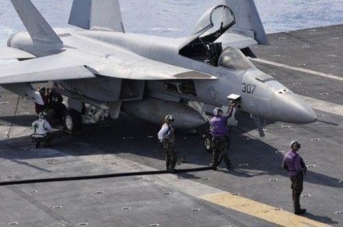 F/A 18 Super Hornet mengisi bahan bakar