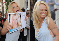 Pamela Anderson lambe selo gigante em evento da PETA