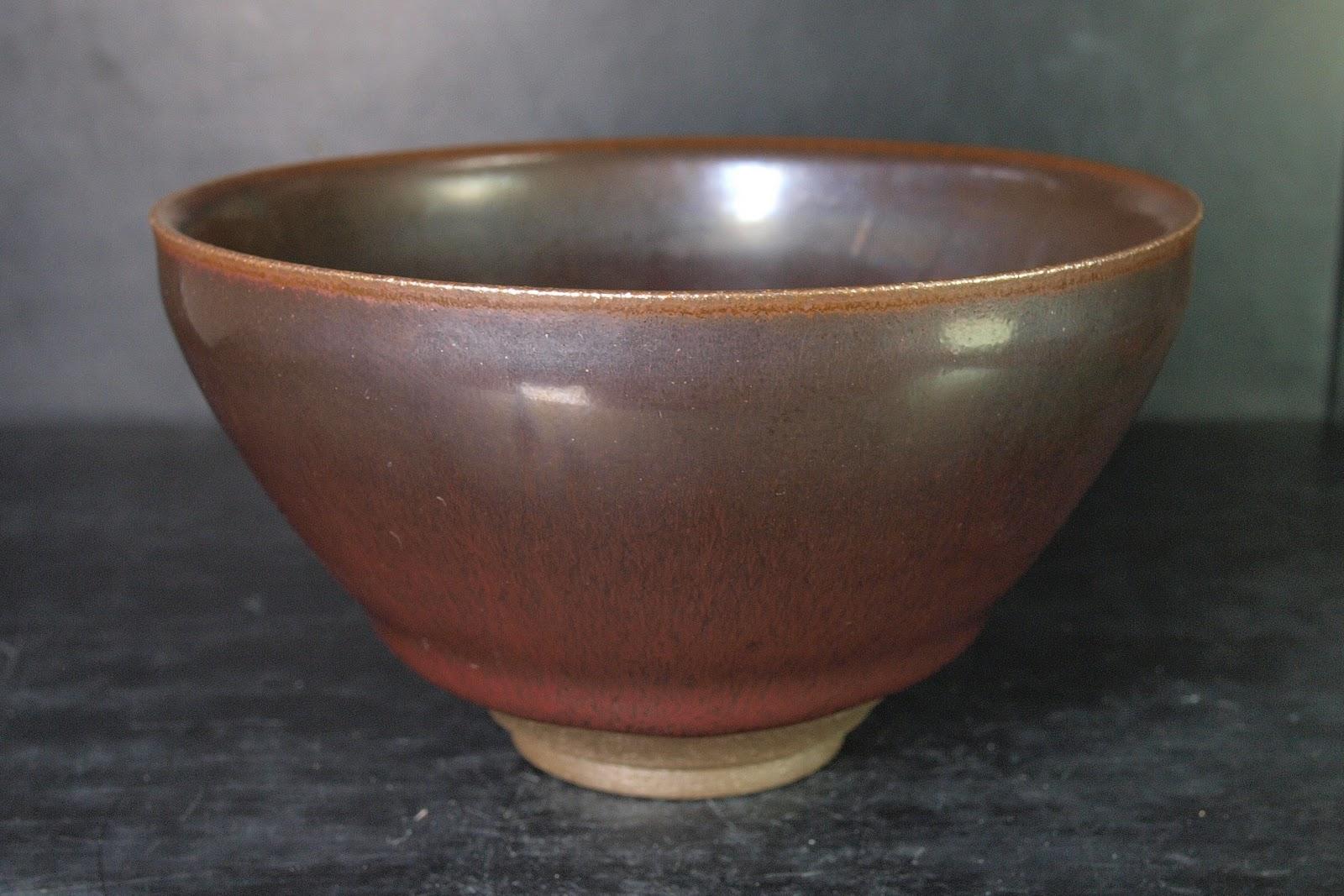 闇窯1 ... 碗底黑色大圓點和暗紅色釉面,形成強烈對比趣味. 這種釉的結晶不明顯,釉色溫潤,相較照窯其他款天目茶碗,越發彰顯獨特含蓄風采,值得細細品味!