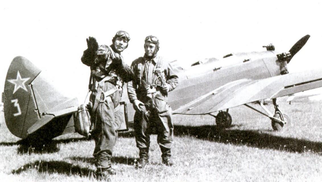 Двое военных летчиков возле УТ-2