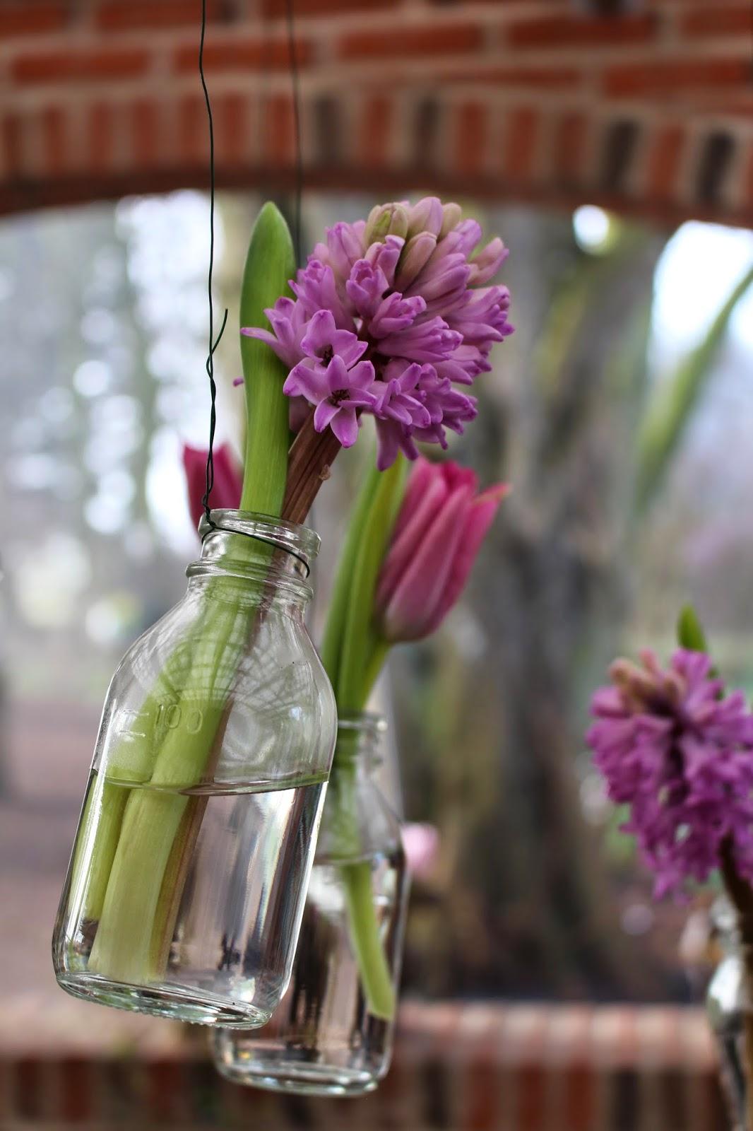 Fru pedersens have: små flasker som hængende vaser.