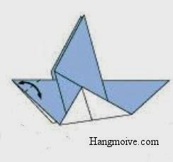 Gấp chéo tờ giấy giống như hình dưới để tạo thành nếp gấp