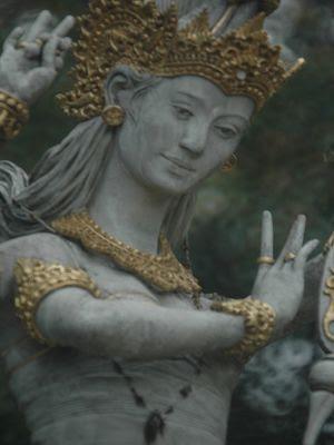 Foto Patung Dewi Saraswati Menangis