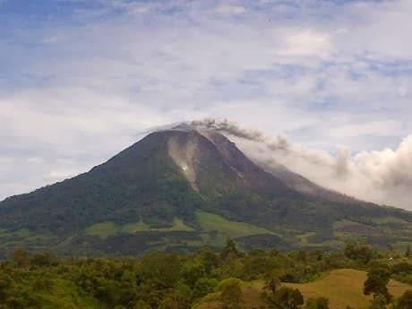 gunung aktif meletus