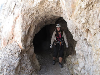 Claudia am Ausgang eines der kürzeren Tunnel auf dem Weg zur Drei-Zinnen-Hütte