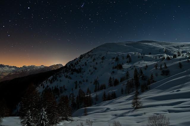 Il Monte Pore da Fedare, coperto di neve in una notte senza luna