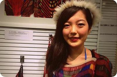 Saori Yamakita, Model Jepang yang Nyaman Kenakan Baju Berdesain Papua