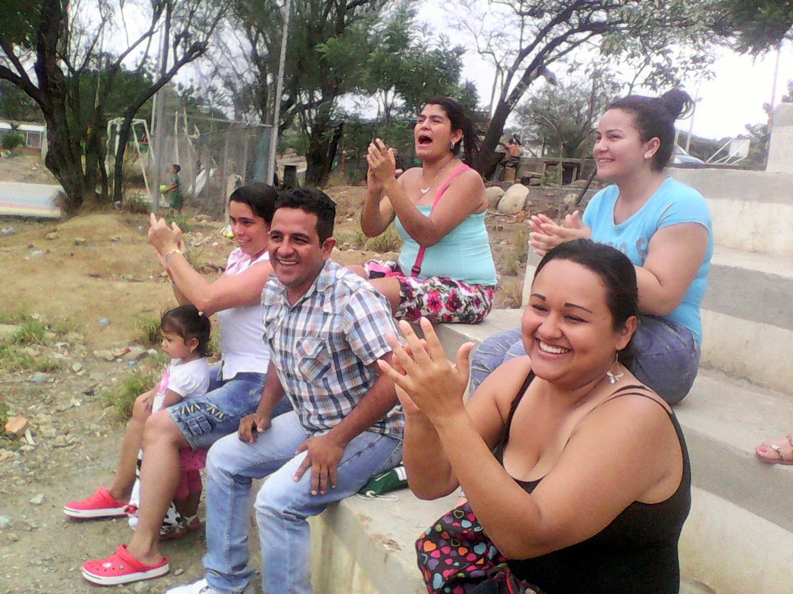 Familiares de los niños deportistas disfrutan del espectáculo en cancha La Virgen de Comuneros Foto Félix Contreras de ATALAYA Y SU GENTE OngAE