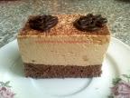 Capuccinó habos szelet, kevert tésztás sütemény, kakaós piskótával, capuccinós krémmel, kakaóporral megszórva.